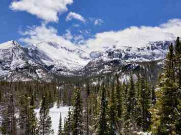 A view of the mountains in the Rocky Mountain National Park